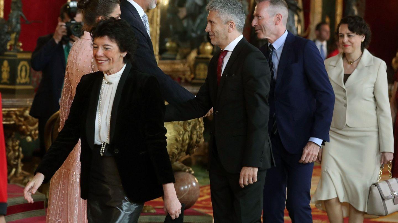 El rey Felipe VI, la reina Letizia y Fernando Grande Marlaska, en el Palacio Real de Madrid el 12 de octubre. (EFE)