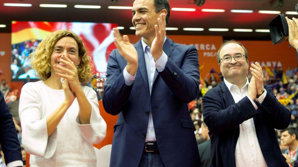 Foto: El presidente del Gobierno, Pedro Sánchez (c), la candidata al Congreso y ministra Meritxell Batet (i) y el primer secretario del PSC, Miquel Iceta, en el mitin de Barcelona. (EFE)