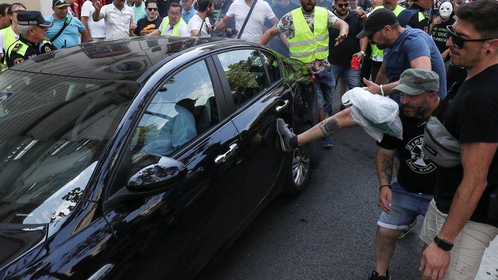 Foto: Taxistas golpean un coche de Uber durante la huelga del pasado julio. (Reuters)