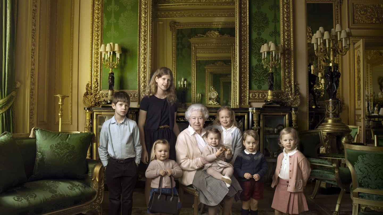 La reina Isabel, en un posado oficial por su 90 cumpleaños con sus bisnietos y sus nietos pequeños. (EFE)