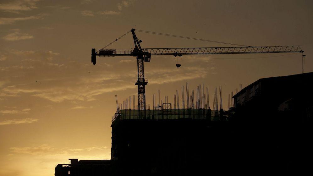 Foto: Imagen de una grúa en la construcción de un bloque de viviendas. (EFE)