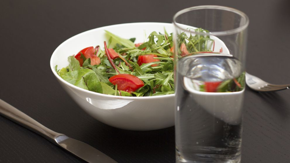 Beber agua durante las comidas ¿engorda o adelgaza?