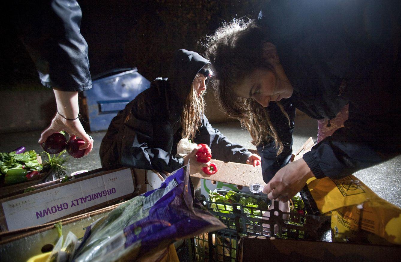 Foto: May Wollf y Robin Pickell, dos jóvenes de Coquitlam, ordenan comida que han recogido de un contenedor, el 26 de abril de 2012. (Reuters)
