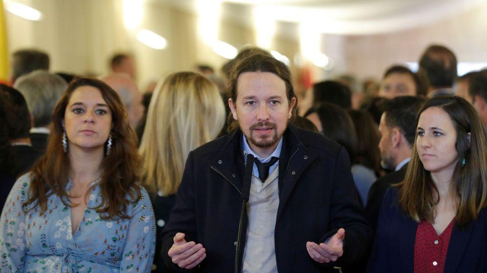 Foto: El líder de Unidas Podemos, Pablo Iglesias (c), junto a las diputadas Noelia Vera (i) y Ione Belarra (d) (EFE)