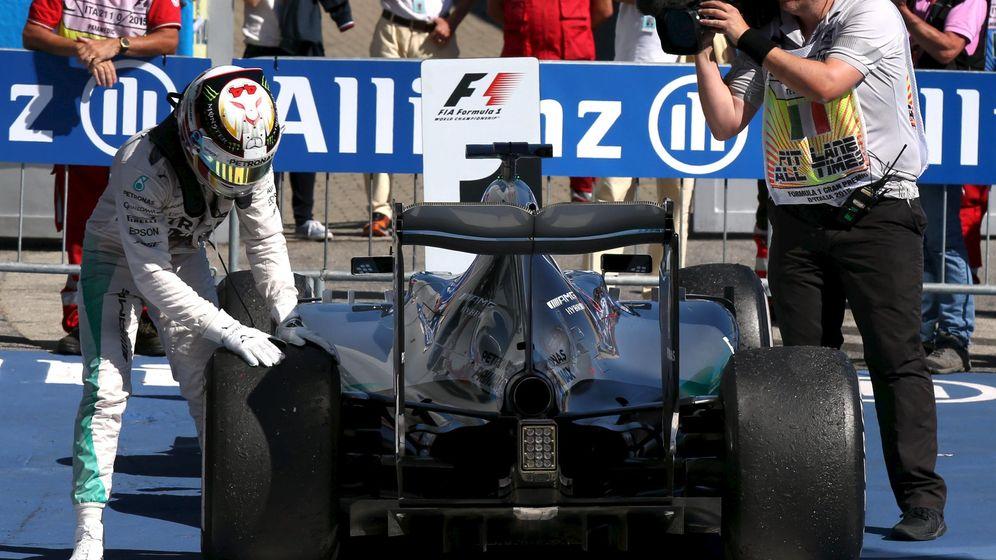Foto: Lewis Hamilton acariciando la rueda de su monoplaza (Action Images)
