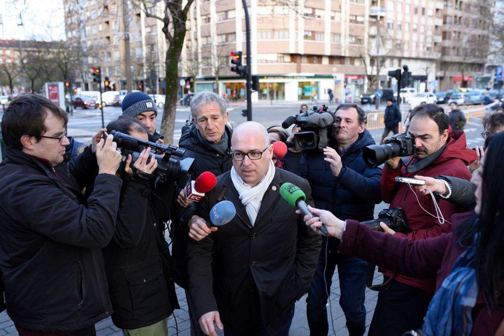 Foto: Alfredo de Miguel, rodeado de periodistas a su llegada este viernes al Palacio de Justicia de Vitoria. (EFE)