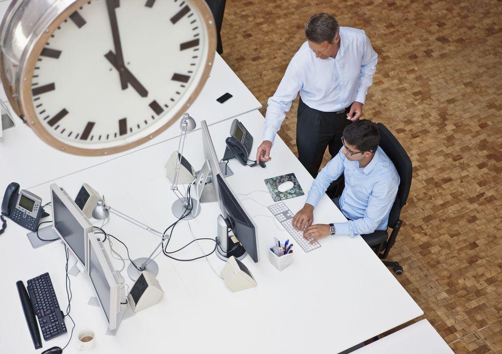 Foto: El cambio de horario en primavera puede perjudicar nuestro rendimiento laboral. (Corbis)