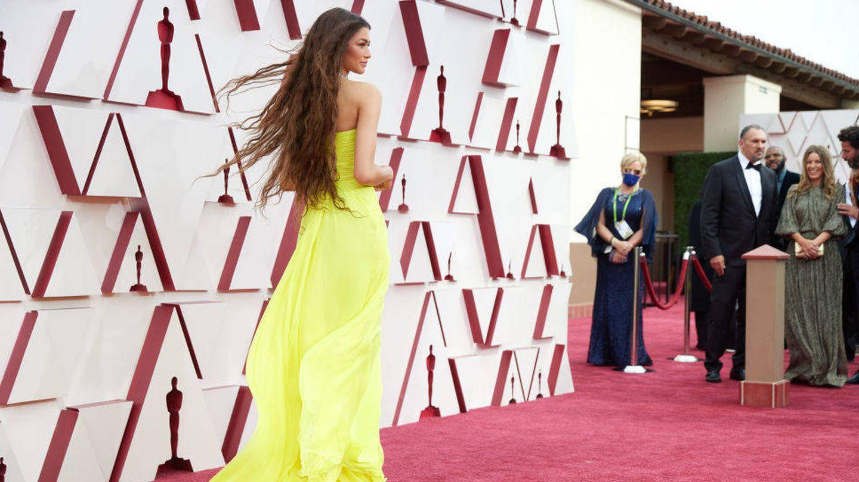 Zendaya, con su melena de sirena, llegando al photocall de los Oscar 2021. (Getty)
