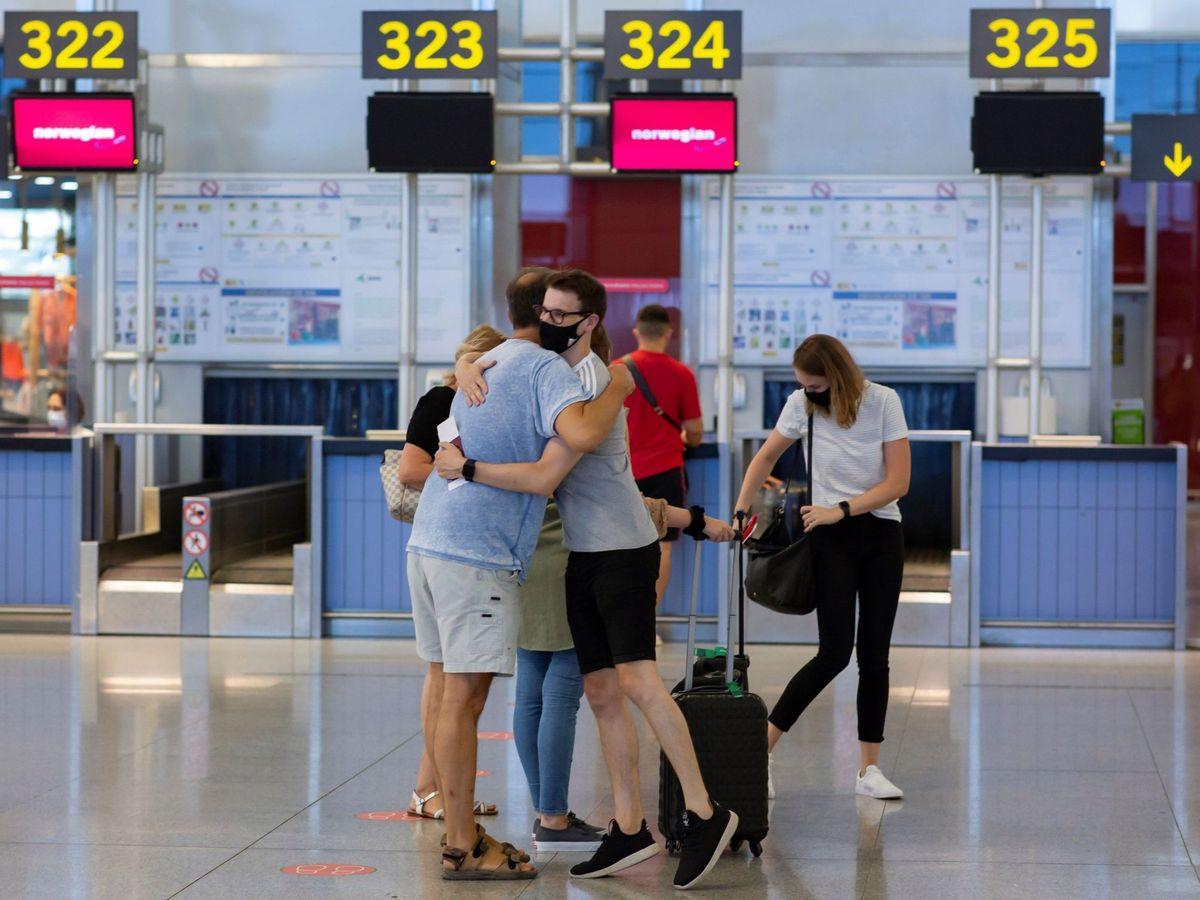 Foto: Dos personas en el aeropuerto de Málaga-Costa del Sol. (EFE)