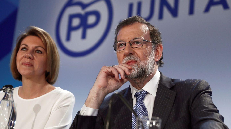 El expresidente del Gobierno Mariano Rajoy y la exministra de Defensa y actual secretaria general del PP, María Dolores de Cospedal. (EFE)