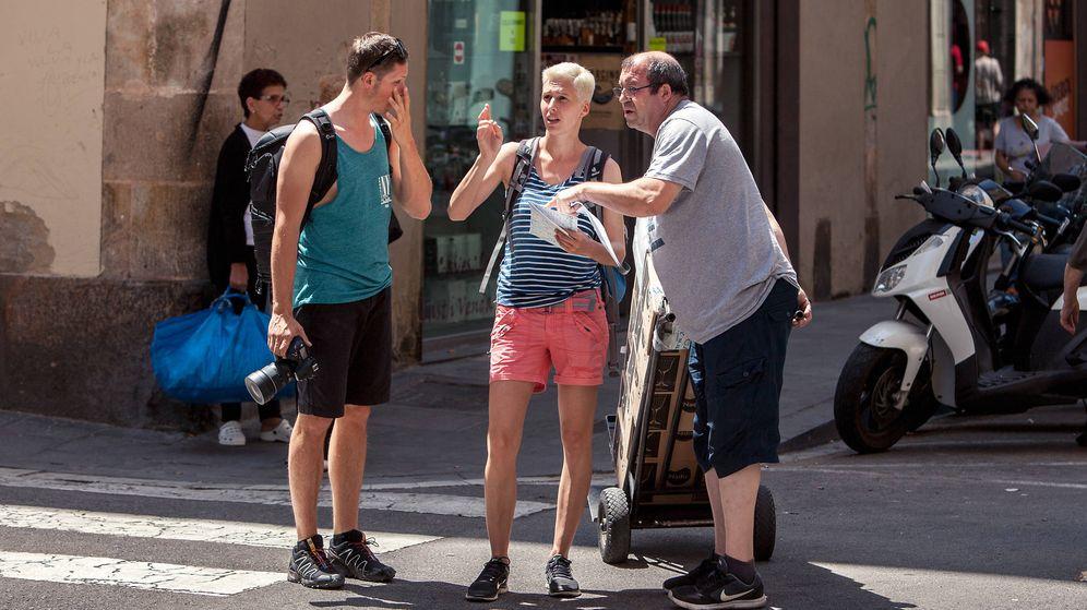 Foto: Una pareja de turistas en Madrid. (EFE)