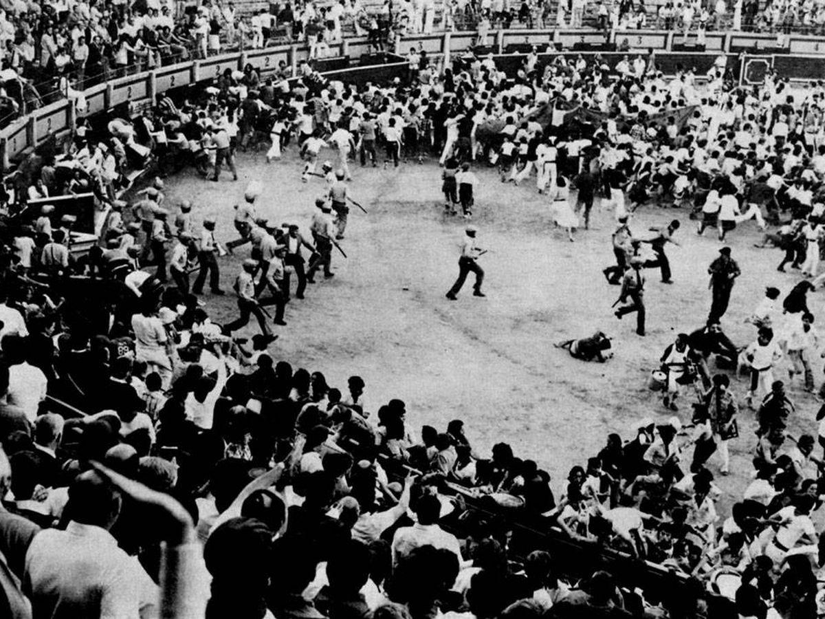 Foto: Momento en el que la Policía Armada irrumpió en la plaza de toros para dispersar a manifestantes.
