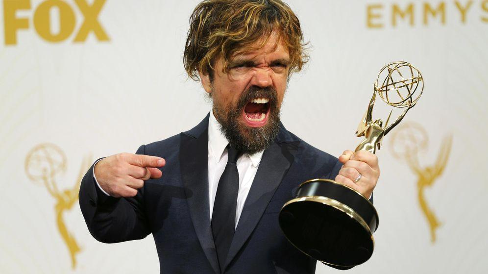 Foto: El actor Peter Dinklage posa con su premio por su papel en la aclamada 'Juego de Tronos'. (Reuters)
