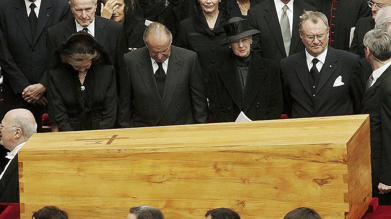 Los reyes Juan Carlos y Sofía, junto a Margarita y Henrik de Dinamarca, en el funeral. (Getty)