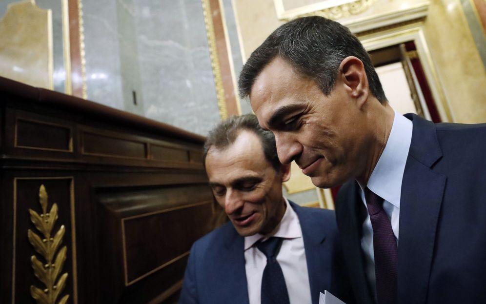 Foto: Pedro Sánchez, junto a su ministro de Ciencia, Pedro Duque, el pasado 20 de febrero en el Congreso. (EFE)