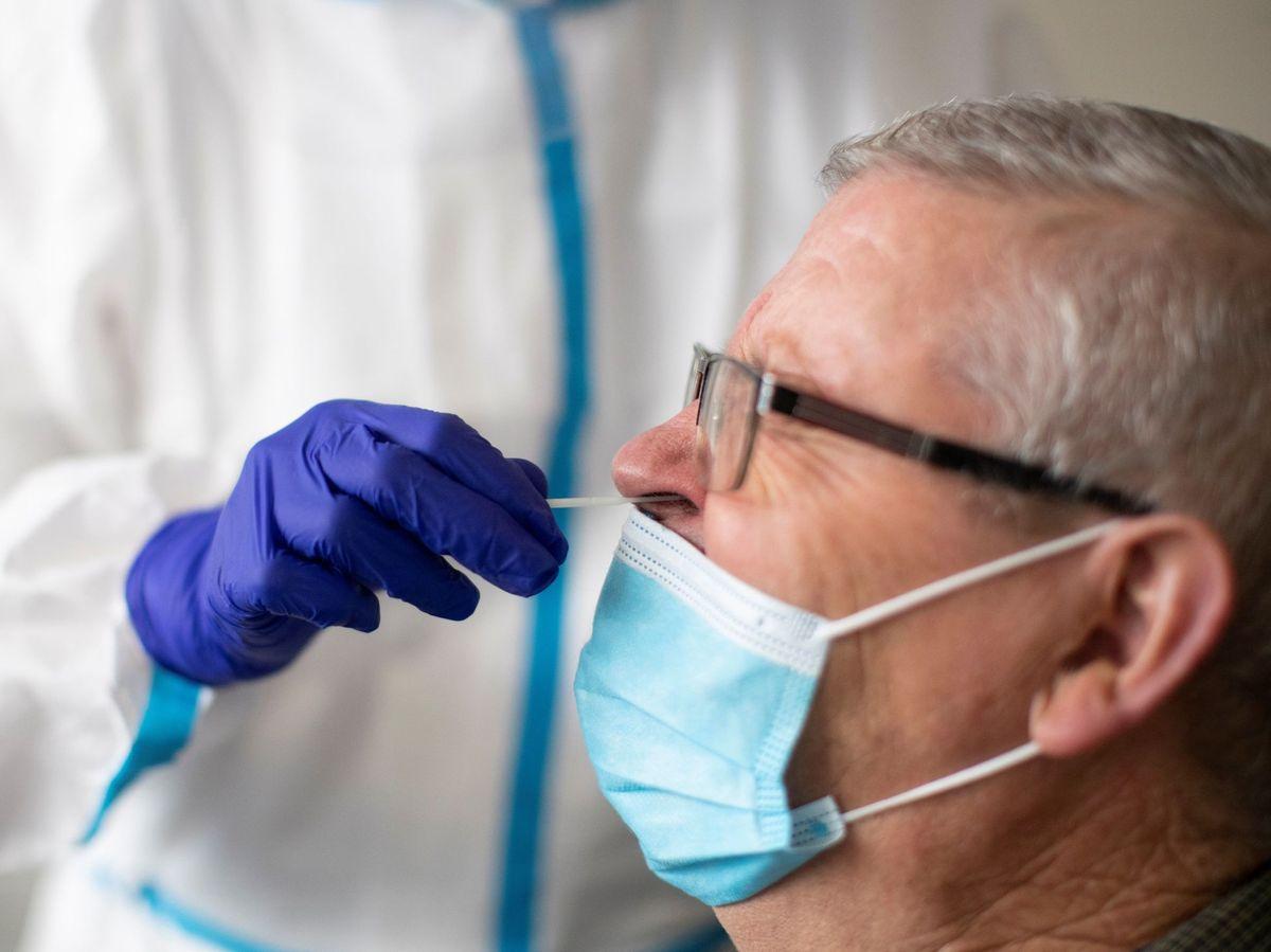 Foto: Una sanitaria realiza una prueba de antígenos en un CAP de Badalona (Barcelona). (EFE)