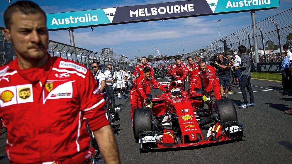 Foto: Sebastian Vettel siendo empujado para la salida del pasado GP de Australia.
