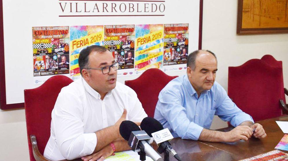 Foto: El alcalde de Villarrobledo, Valentín Bueno (derecha), en la presentación de las fiestas locales de 2019. (Cuadernos Manchegos)