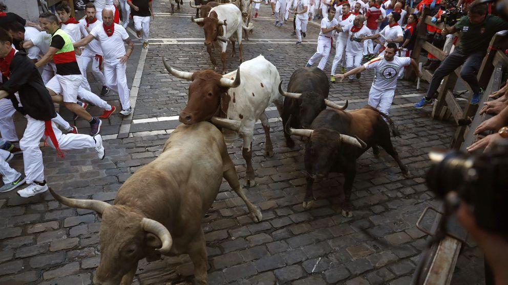 Sexto encierro de San Fermín: carrera con emoción de los de Núñez del Cuvillo