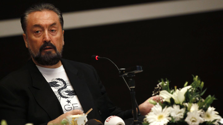 Adnan Oktar, el gurú del creacionismo islámico., en una rueda de prensa en Estambul. (Reuters)