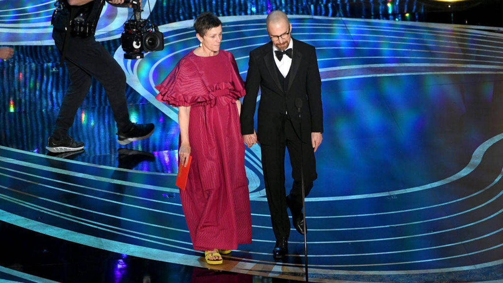 Foto: La actriz Frances McDormand en el escenario con playeras. (Getty)