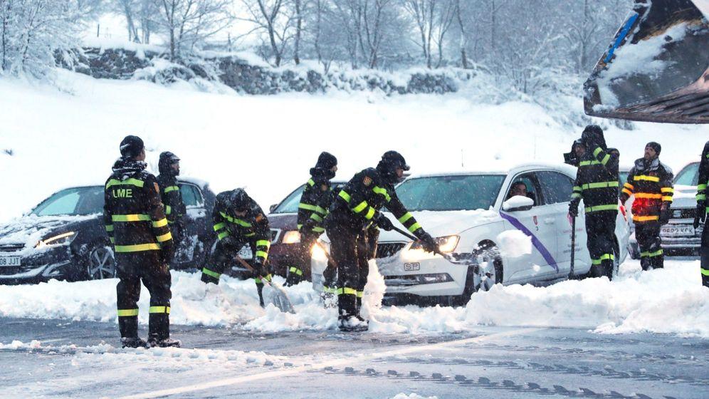 Foto: Efectivos de la UME trabajan para despejar la AP-6 y liberar a los conductores atrapados por la nieve. (EFE)