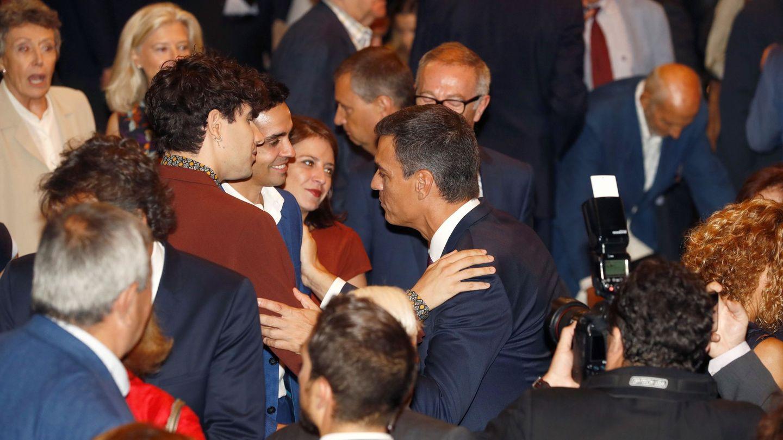 Pedro Sánchez conversa con los directores de cine Javier Ambrossi y Javier Calvo, 'los Javis', este 17 de septiembre. (EFE)