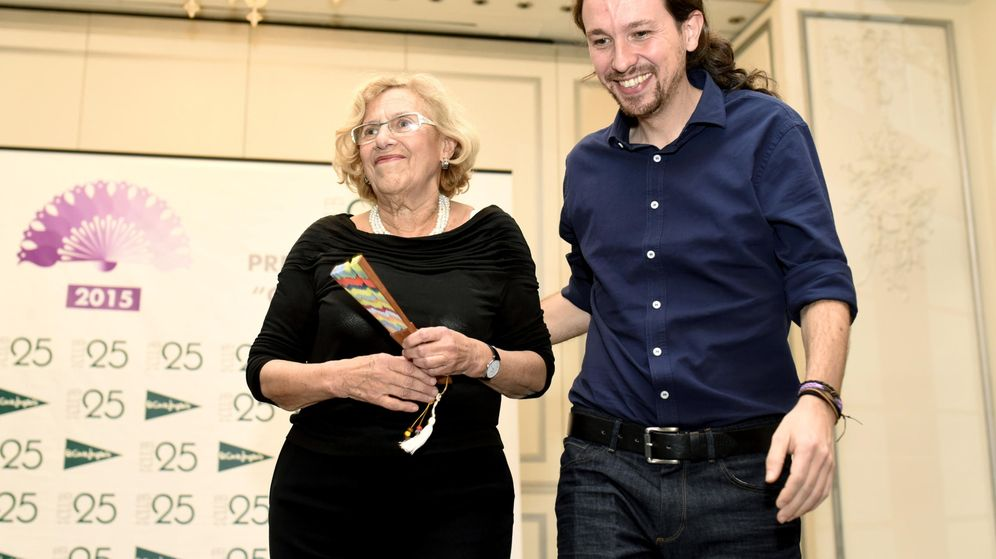 Foto: La alcaldesa de Madrid, Manuela Carmena, recibe un premio del Club de las 25 de manos de Pablo Iglesias, el pasado mes de noviembre. (EFE)