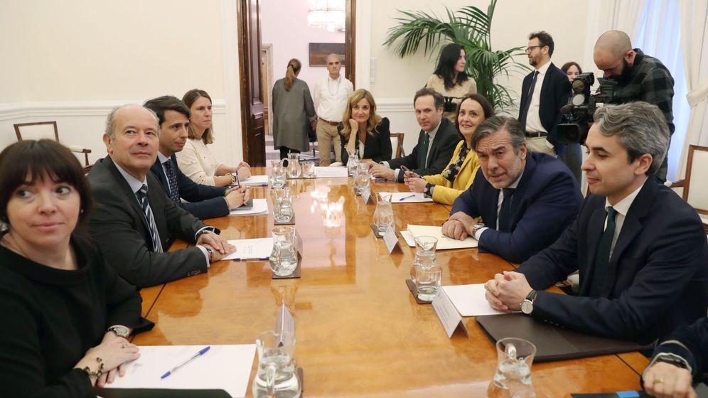 Foto: El ministro de Justicia, Juan Carlos Campo, a la izquierda, en una reunión con el consejero de Justicia, interior y Víctimas de la Comunidad de Madrid y responsale de Justicia del PP, Enrique López. (EFE)