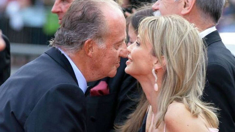 El rey Juan Carlos I saluda a Corinna zu Sayn-Wittgenstein. (EFE)