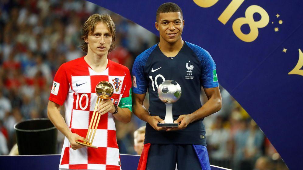 Foto: Modric, con el Balón de Oro del Mundial de Rusia, junto a Mbappé, el mejor joven. (Reuters)