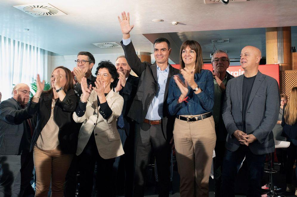Foto: Pedro Sánchez, con la ministra Isabel Celaá, Patxi López, Odón Elorza y la líder del PSE, Idoia Mendia, este 1 de noviembre en Vitoria. (EFE)