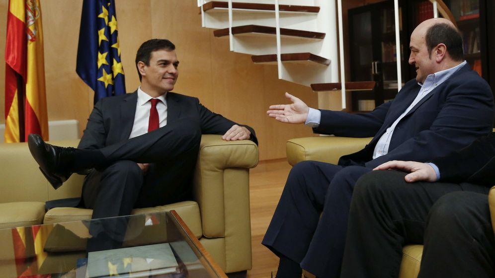 Foto: Sánchez y Ortuzar, durante una reunión en 2016, cuando el dirigente socialista era secretario general del partido. (EFE)