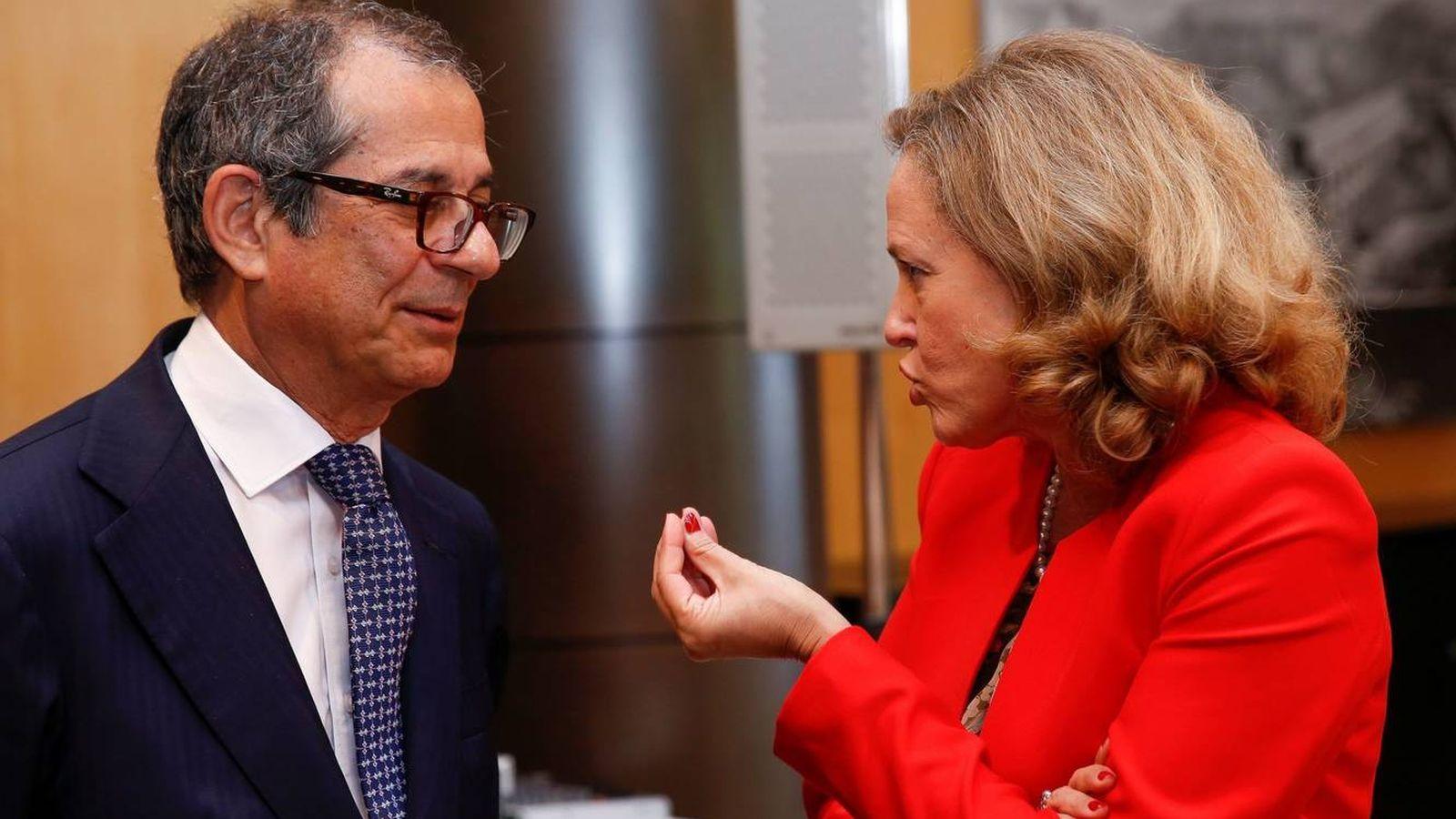 Foto: La ministra española de Economía habla con su homólogo italiano, Giovanni Tria, en un Eurogrupo en junio. (EFE)