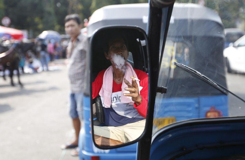 Foto: Un taxista fuma mientras espera clientes en Yakarta, el 21 de julio de 2015. (Reuters)