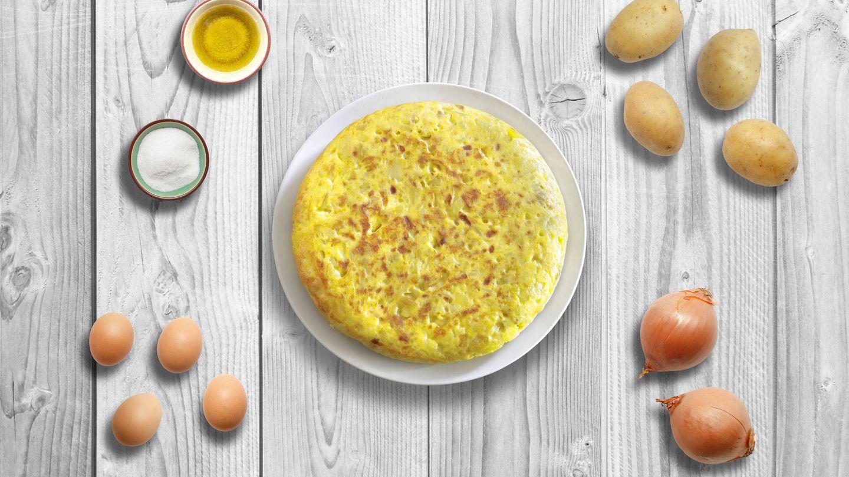 Huevos, patatas, aceite, sal... ¿y cebolla? (iStock)