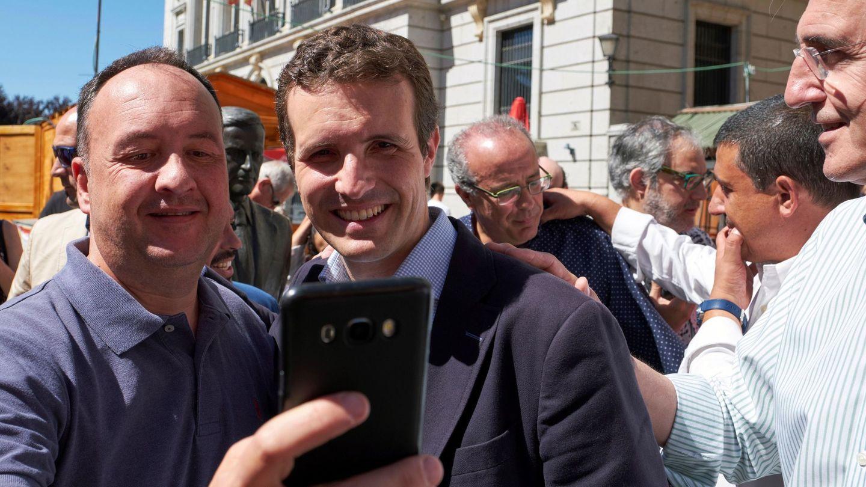 El presidente del Partido Popular, Pablo Casado, durante su recorrido por las calles de la capital abulense. (EFE)