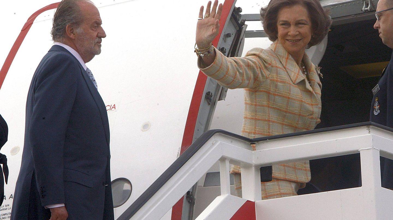 Los reyes Juan Carlos y Sofía, subiendo a un avión. (EFE)