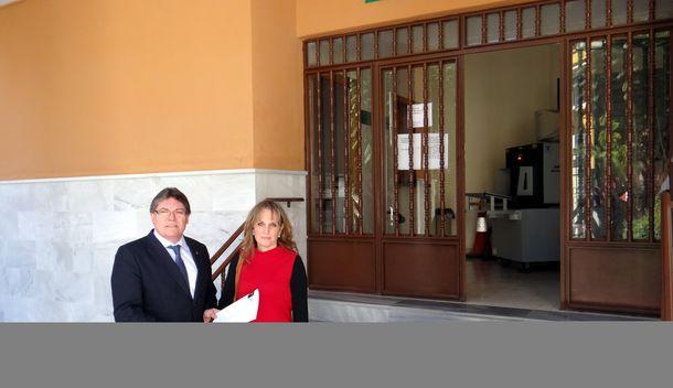 Foto: El alcalde de Albox, Almería, reclamando en los juzgados la orden de alejamiento. (Ayto. Albox)