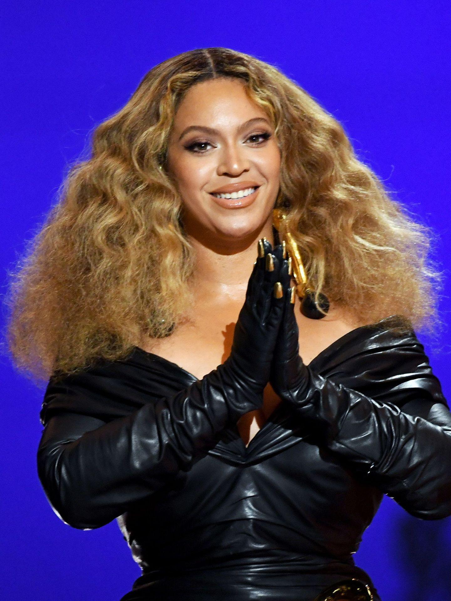 El look dorado de Beyonce en los Grammy 2021. (EFE)