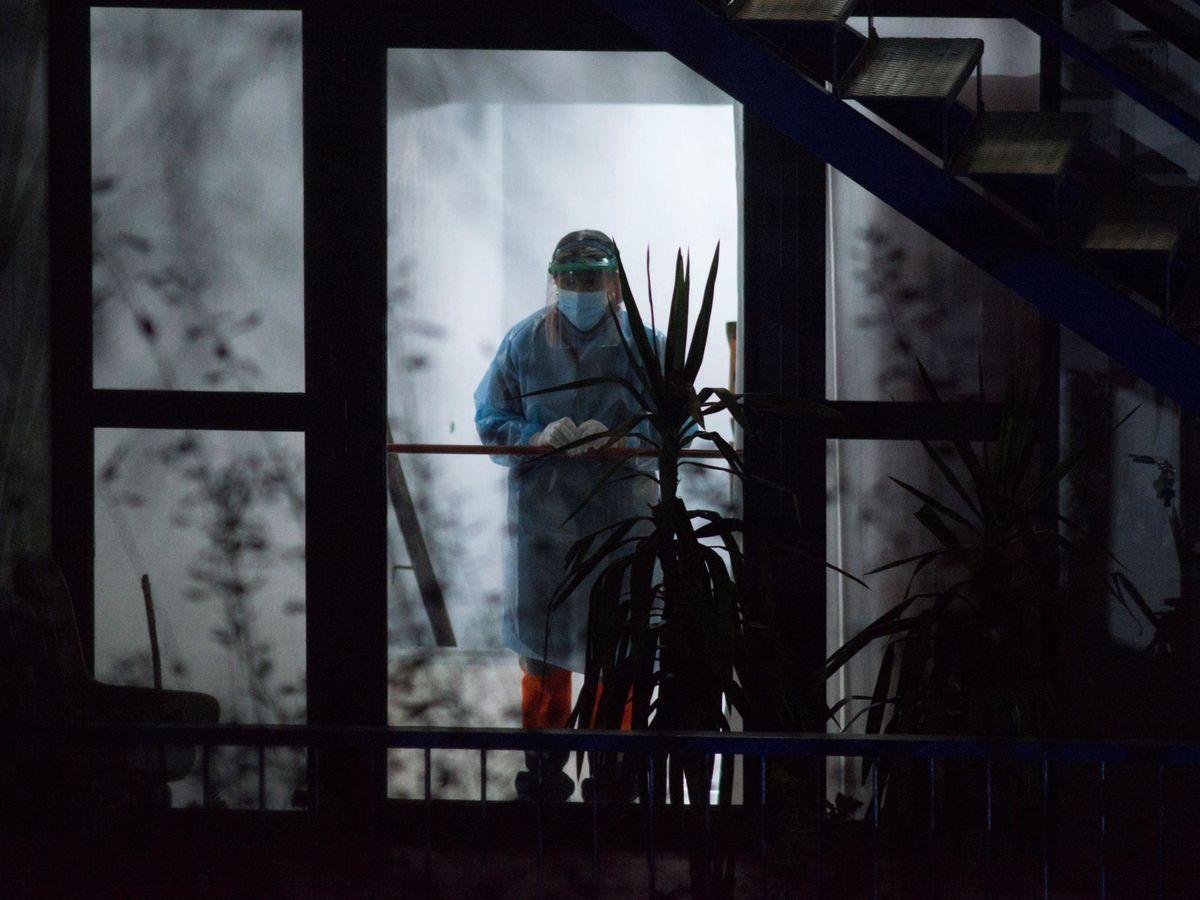 Foto: Una trabajadora sanitaria en la residencia de mayores Nosa Señora dos Milagres de Barbadás, uno de los focos de la pandemia en Galicia. (EFE).