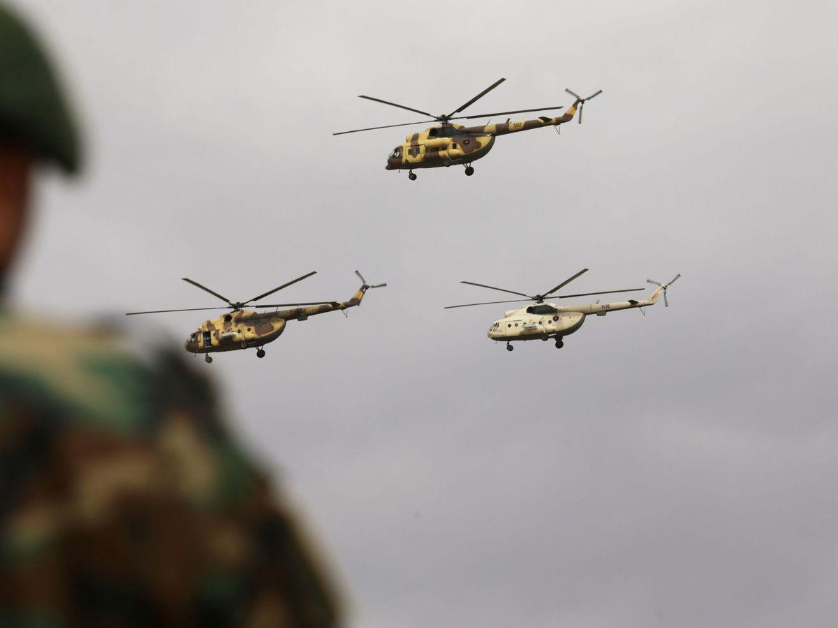 Foto: Helicópteros militares vuelan durante las celebraciones del Día de la Independencia lideradas por el comandante libio Jalifa Haftar en Bengasi, Libia. (Reuters)