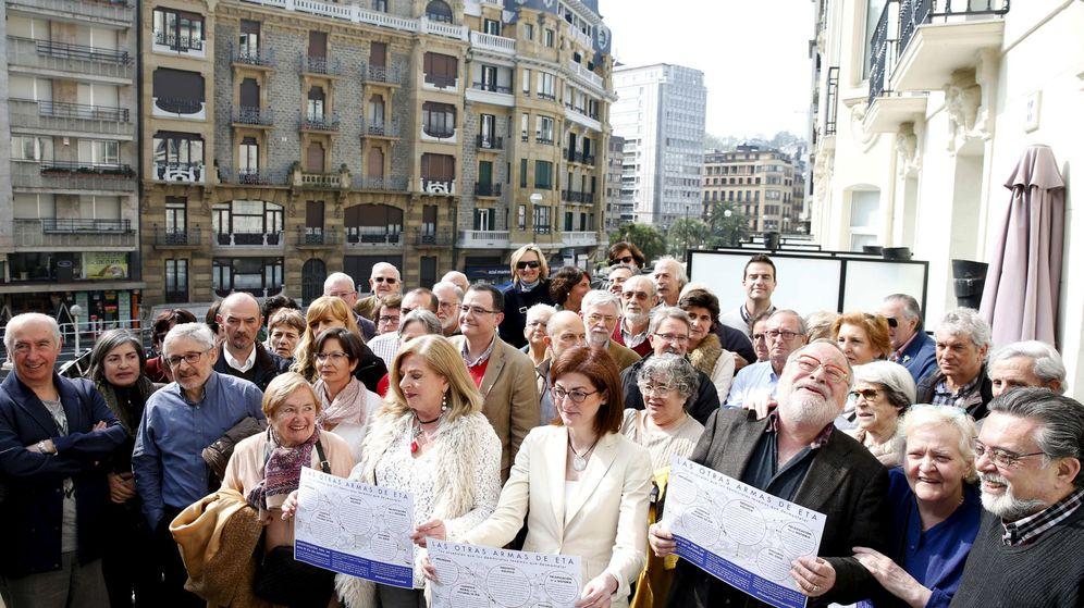 Foto: Ordóñez, Pagazaurtundua y Savater presentan en San Sebastián el manifiesto 'Por un fin de ETA sin impunidad' junto a víctimas y personalidades que lo han suscrito. (EFE)