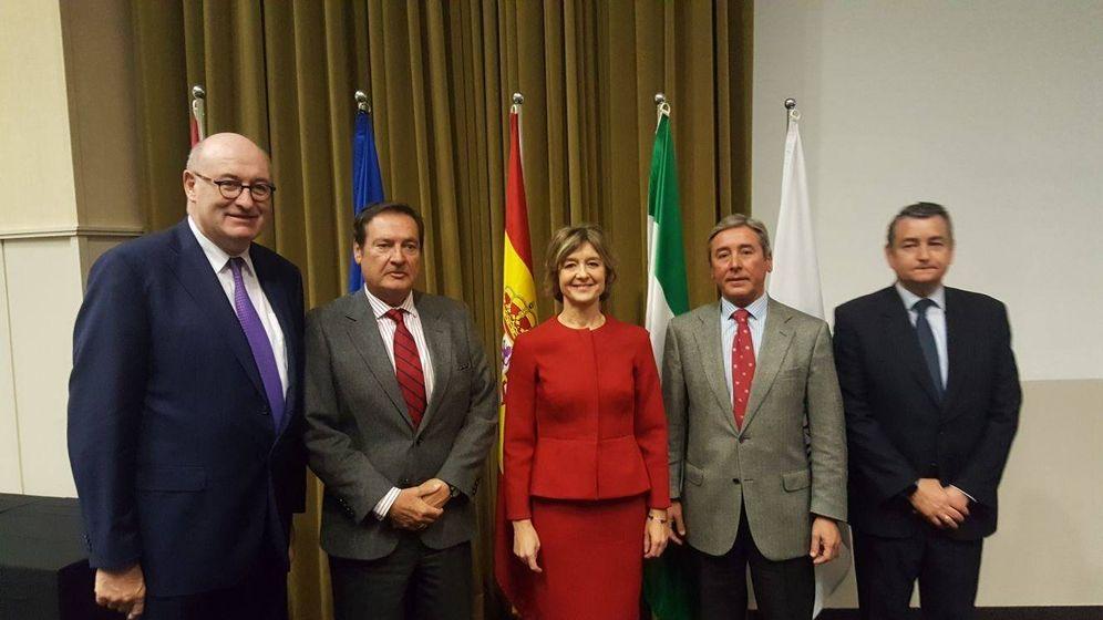 Foto: La cúpula de Asemesa, junto a la ministra García Tejerina y el comisario europeo Phil Hogan (izquierda) en Sevilla. (Asemesa)