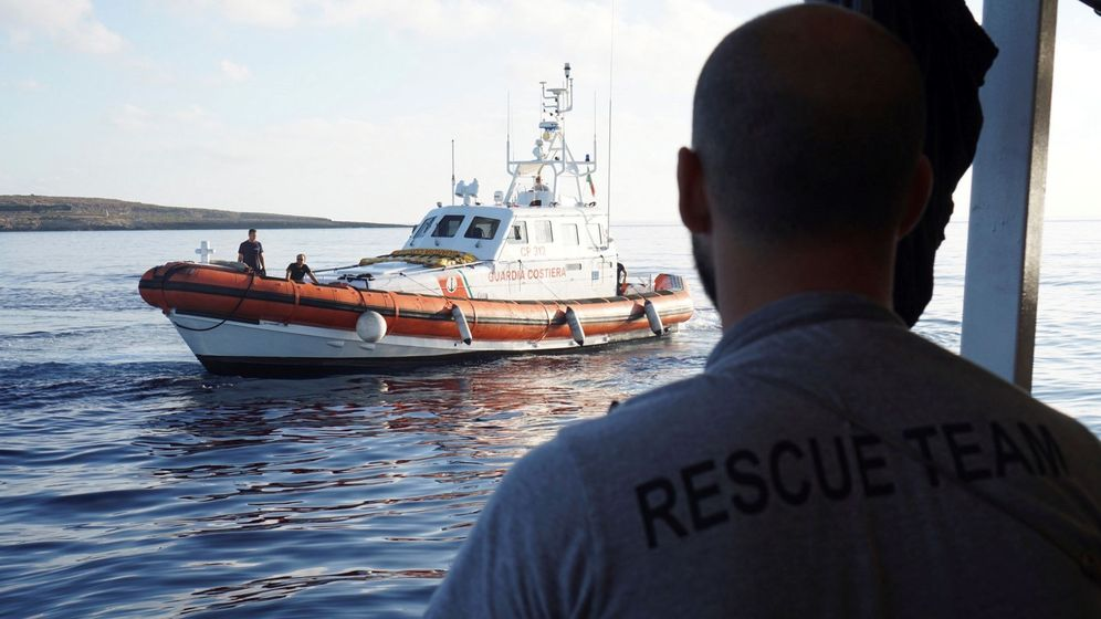 Foto: Una lancha de la Guarda Costera de Italia espera frente al Open Arms. (EFE)