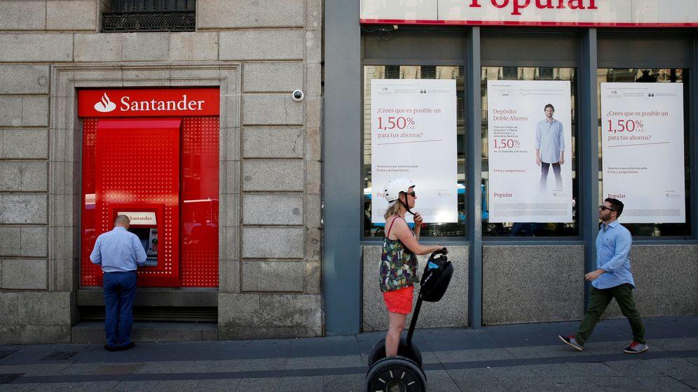 Foto: Sucursales del Santander y del Popular. (Reuters)