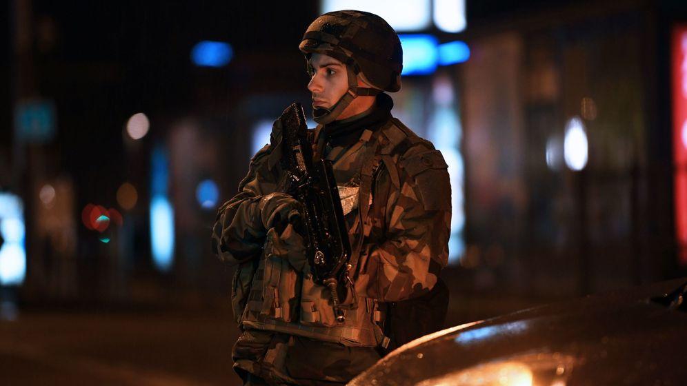 Foto: Un soldado francés hace guardia frente a un edificio oficial en París. (EFE)