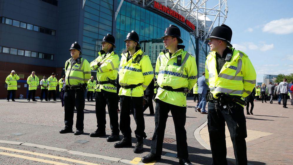 Foto: Policía de Mánchester en la puerta de Old Trafford (Reuters)