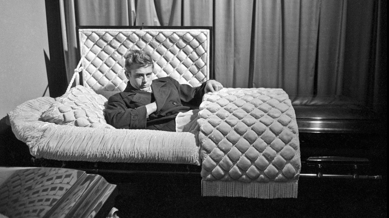 James Dean posando en un ataúd en 1955, siete meses antes de morir. (CaixaForum)