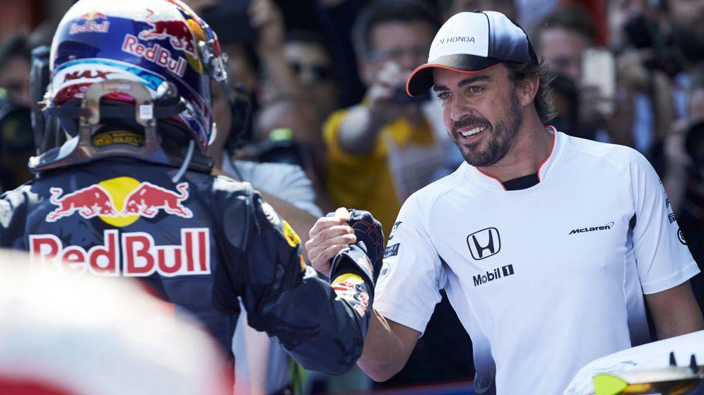 Foto: Fernando Alonso felicita a Max Verstappen. (EFE)